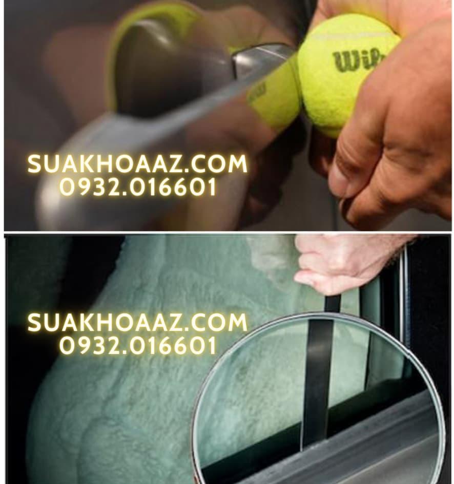 Tự mở khóa xe ô tô bằng bóng tennis và thanh kim loại mỏng