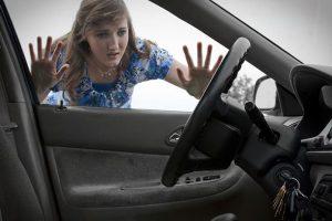 Bị Quên chìa khóa trong xe ô tô