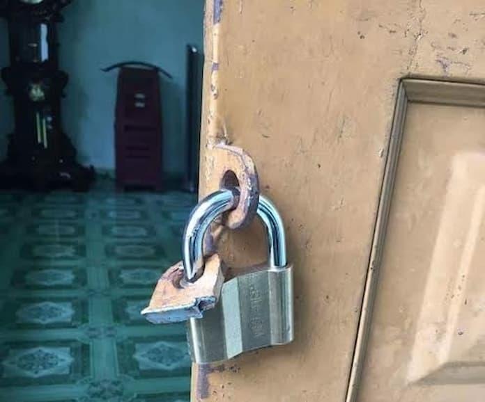 Cắt móc khoen để mở cửa