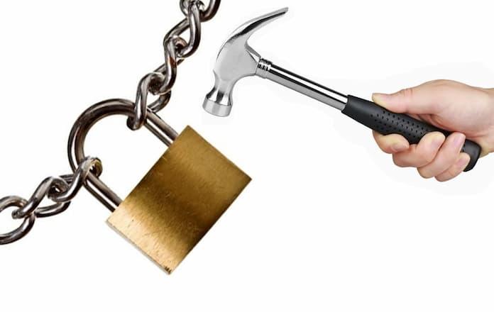 Dùng búa phá ổ khóa