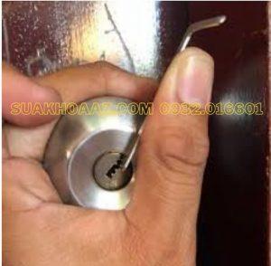 Cách Mở ổ khóa cửa phòng tay vặn nắm tròn